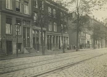 IX-1453 Gezicht in de Hugo de Grootstraat. Links Van Hemmen Loodgietersbedrijf op nr. 79, daarnaast t/m nr. 69 het Hofje.