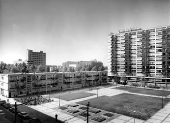 IX-1497-00-00-11-01 Overzicht van de Joost Banckertsplaats met flatgebouwen.
