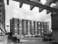 IX-1497-00-00-11-03 .Joost Banckertsplaats met flatgebouwen gezien vanuit de Karel Doormanstraat.