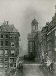 IX-1504 De Kaasmarkt met het stadhuis.Op de achtergrond korenmolen De Noord aan het Oostplein.