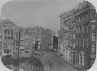IX-1565 De Kleine Draaisteeg, links de Kolk, gezien vanaf het Beursplein.