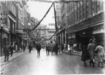IX-1609-01 De Korte Hoogstraat tijdens winkelweek.Links de kruising met het Toesteiger.