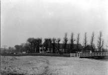 IX-174 Gezicht op de boerderij Veelust aan de Beukelsdijk 257 met op de voorgrond de Burgemeester Meineszlaan.