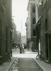 IX-1803-1 De Krattensteeg, in het midden de kruising met de Westewagenstraat, op de achtergrond de Leeuwenstraat.