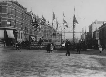 IX-1844-02 Lusthofstraat, vanaf de Rozenburgstraat, tijdens een buurtfeest.