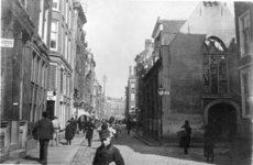 IX-1931 De Meent, rechts de Sint-Sebastiaanskapel (Schotse kerkje) op de hoek Lombardstraat.
