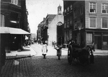 IX-1932 De Meent, rechts de Sint-Sebastiaanskapel (Schotse kerkje) op de hoek Lombardstraat.