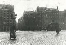 IX-194 Gezicht op het Beursplein met o.a. links de Vissteeg en rechts daarvan het Poolsch Koffiehuis en daarnaasthet ...