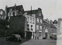 IX-1942-2 De Trouwsteeg, met o.a. boksschool Bram Sanders (pand waar de karren voor staan).