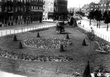 IX-1974-01 Plantsoen van het Middellandplein. De zijstraat van links de Joost van Geelstraat en rechts de tweede ...