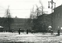 IX-201 Gezicht op het Beursplein met rechts de Beurs en op de achtergrond het postkantoor.