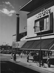 IX-211-07 De Hoogstraat met rechts warenhuis Vroom & Dreesmann, op de achtergrond het Beursplein met de Beurs.