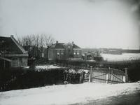 IX-2136 Gezicht op de Nieuw Terbregseweg, ter hoogte van kwekerij Rozenlust en Wagenmakerij van B. van Leeuwen op nummer 195.