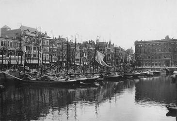 IX-2148 Gezicht op de Noordblaak, met geheel links de panden van warenhuis Meijer en Blessing op nr. 67, en ...