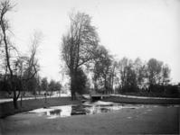 IX-2478 Het Park Rozenburg nabij het bruggetje aan de Oranjelaan.