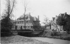 IX-2480 Villa's bij een brug aan de Waldeck-Pyrmontlaan in het Park Rozenburg.