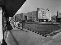 IX-284-34-11 De Blaak met links etalages van modemagazijn Gerzon en aan de overzijde v.r.n.l. de Amsterdamsche Bank - ...