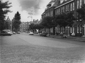 IX-2983-01 Spartastraat, links op de achtergrond het voetbalstadion van Sparta. In het midden de tramhalte van lijn 10 ...