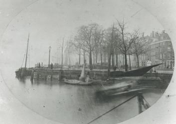 IX-323 Gezicht op het Bolwerk en de Boompjes.Op de voorgrond het water van de Oudehaven, links een pijler van de in ...