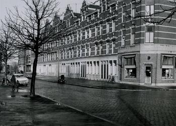 IX-3246-00-04 Woningen aan de Vredenoordkade, hoek Blaardorpstraat uit het zuidwesten. Op het hoekje een schoenmakerszaak.