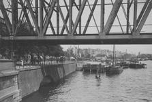 IX-327-02 Gezicht op het Bolwerk aan de Nieuwe Maas, bij de spoorbrug.