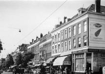 IX-3350-00-18 Gezicht op de West-Kruiskade tussen de Anna Paulownastraat (voorgrond rechts) en de Coolsestraat.