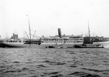 IX-3406-06 Gezicht op de Nieuwe Maas met het passagiersschip de Sindoro aan de Wilhelminakade bij het gebouw van de ...