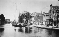 IX-38-01 Gezicht op de Delfshavense Schie en Aelbrechtskade.