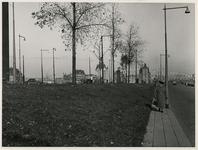 IX-402-23 De Boompjes bij het Leuvehoofd (links) waar het scheepvaartmonument de Boeg zal worden geplaatst. Links de ...