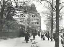 IX-628-01 De Coolsingel met de Amsterdamsche Bank, links het hek van het Coolsingelziekenhuis.