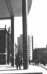 IX-634-05 De Coolsingel met links het Erasmiaans Gymnasium, flatgebouw het Erasmushuis en op de achtergrond de ...