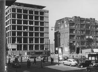 IX-664-09-09 De Coolsingel met links de Amsterdamsche Bank in aanbouw, rechts het pand Handel en Nijverheid van ...