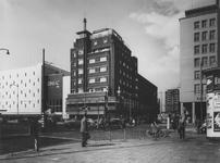 IX-664-09-135 De Coolsingel, v.l.n.r. warenhuis de Bijenkorf, bioscoop Cineac-NRC, hotel Atlanta, de Aert van Nesstraat ...