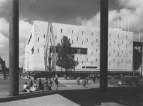 IX-664-09-137 De Coolsingel met warenhuis de Bijenkorf en bioscoop Cineac-NRC, links de Van Oldenbarneveltstraat, ...