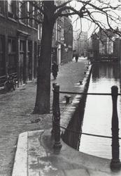 IX-699-01 De Delftsevaart, op de achtergrond de Meentbrug, gezien vanaf de Raambrug.