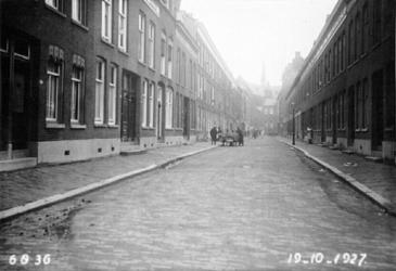 IX-73 Gezicht in de Anna Paulownastraat met op de achtergrond de R.K. Sint-Josephkerk aan de West-Kruiskade.