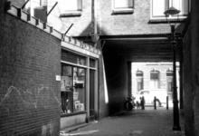 IX-842-05 Gezicht in een hofje tussen de Josephstraat en de Gaffelstraat.