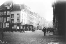 IX-858-1 Gezicht op de Gedempte Binnenrotte met links loterijwinkel Gelukskantoor L. Wolf op nr. 106.