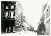 IX-899 De Baan, links stalhouderij Van der Kuylen, rechts een gedeelte van café-restaurant Caland, gezien vanaf het Van ...
