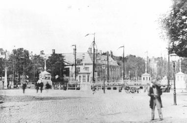 IX-901-00-02 Het Bolwerk (voorgrond), de Geldersekade, op de achtergrond de Koningsbrug en het Zeekantoor in de Oudehaven.