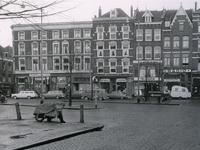 IX-921-02-06 Het Goudseplein uit het westen met de huisnummers 2 t/m 14. Winkels en bedrijven op de achtergrond.