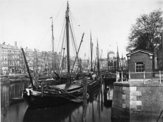 RI-392-2 De Leuvehaven, gezien vanaf de Kleine Wijnbrug.