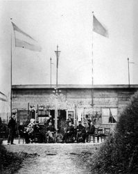 RI-477-1 Gezichten op de Schietbaan (Schietbaanstraat).Het korps Rotterdamse vrijwilligers voor het wachthuis.