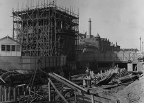 V-169-20-02 Werkzaamheden in verband met de verplaatsing van de Delftse Poort.Op de achtergrond het gebouw van het ...