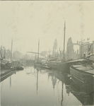 VII-103-02-3 Voorhaven met op de achtergrond de Piet Heynsbrug en Oude Kerk.