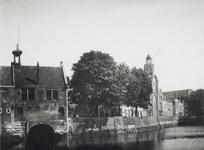VII-107-01 Gezicht op de Aelbrechtskolk met het zakkendragershuisje en de Oude Kerk.