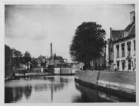 VII-107-02 Gezicht op de Aelbrechtskolk met de Aelbrechtsbrug.