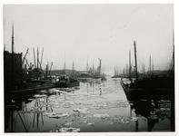 VII-123 De Bierhaven. Links de Oranjestraat, op de achtergrond de Wijnhaven.