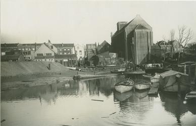 VII-163 De Buizenwaal met op de achtergrond rechts de achterzijde van de RK kerk aan de Havenstraat.
