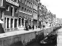 VII-169-03 Gezicht op het Boerensteiger.Links hotel Het Gouden Hert (pand met beeld boven voordeur, naast Egeter & Co).